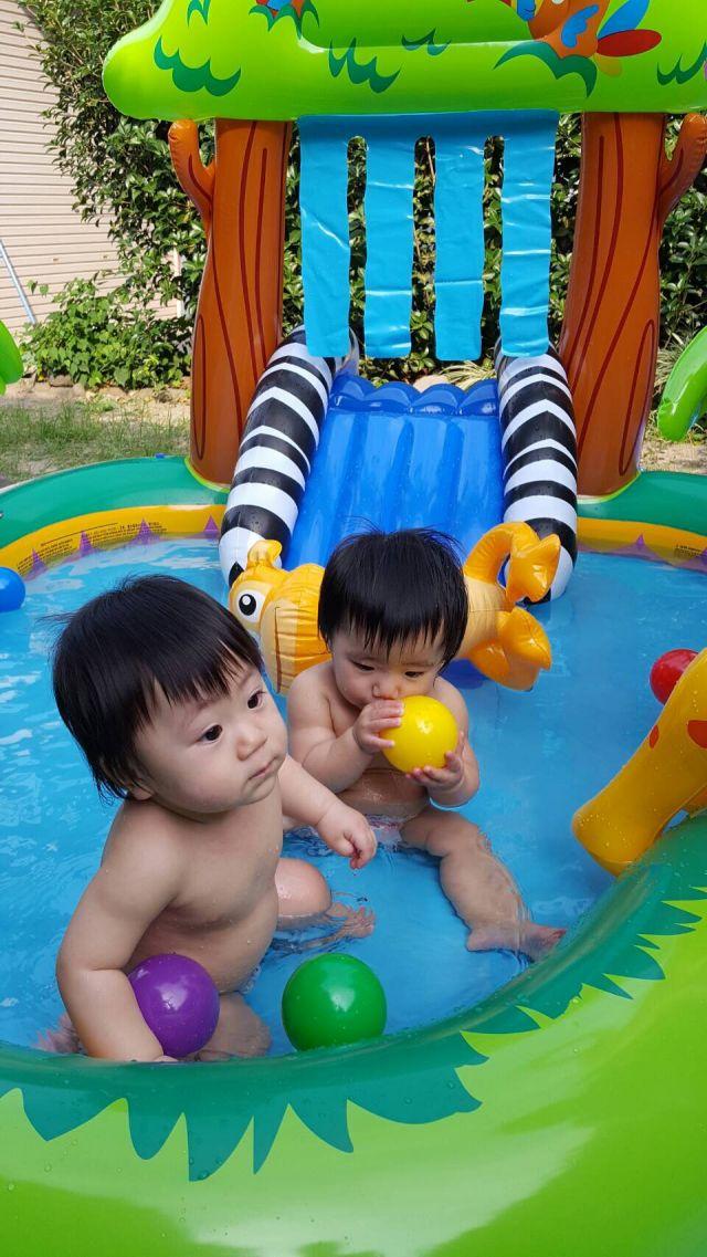双子、初めてのプール...